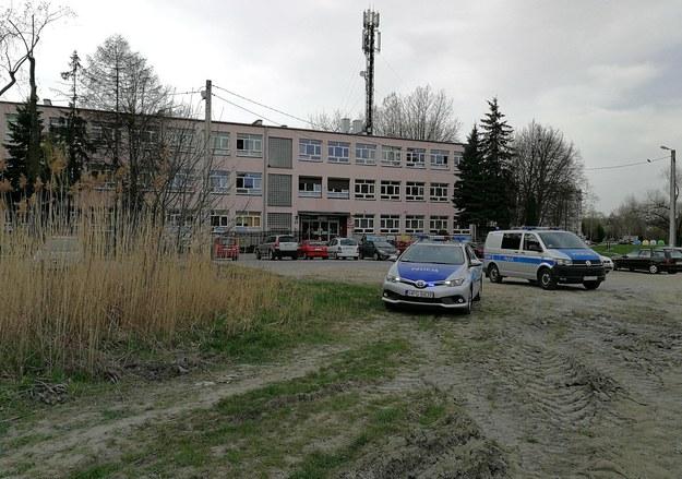 W tle budynek szkoły przy ul. Pszczelnej /Gorąca Linia RMF FM