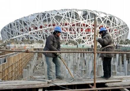 W tle stadion w Pekinie w budowie /AFP