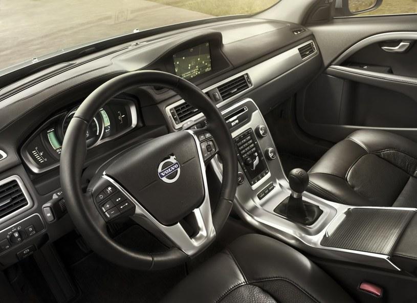 W topowych wersjach serii 70 i 80 deskę rozdzielczą pokrywa skórzane wykończenie. /Volvo