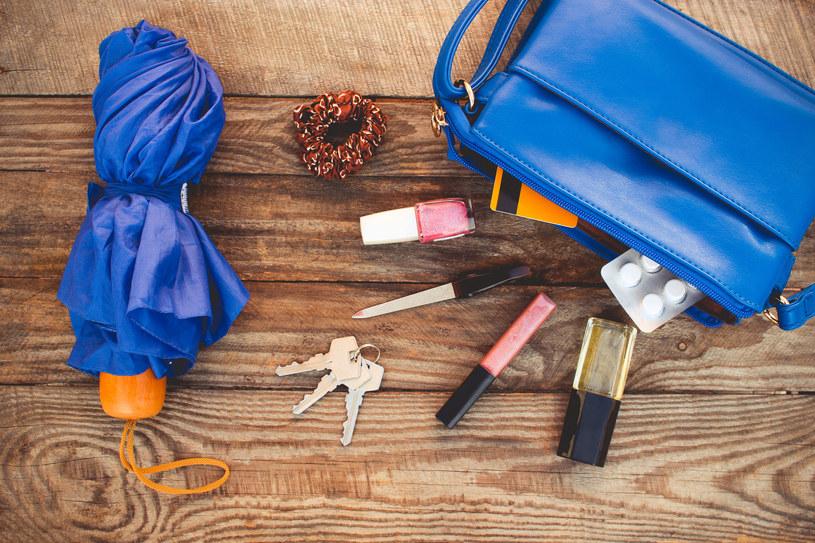 W torebce kobiety często noszą wiele niepotrzebnych i ciężkich przedmiotów /123RF/PICSEL