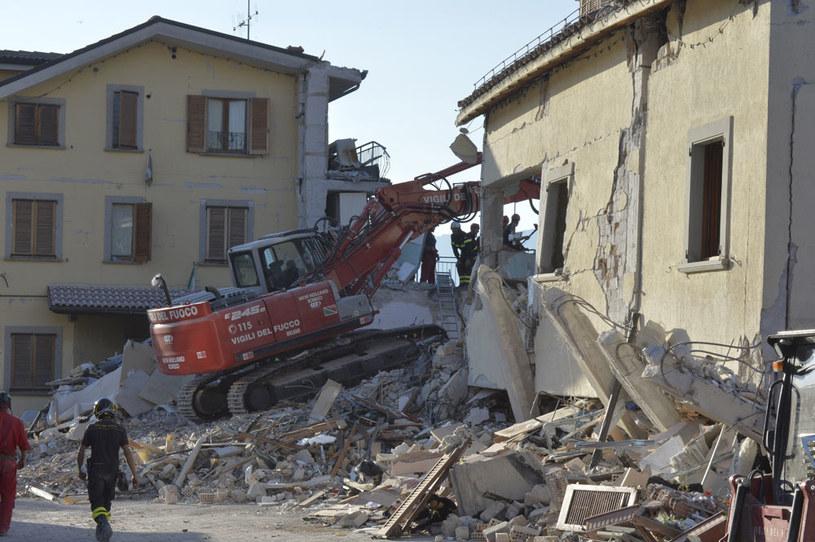 W tragedii zginęło co najmniej 291 osób. Ok. 2,5 tys. ludzi pozostało bez dachu nad głową /AFP