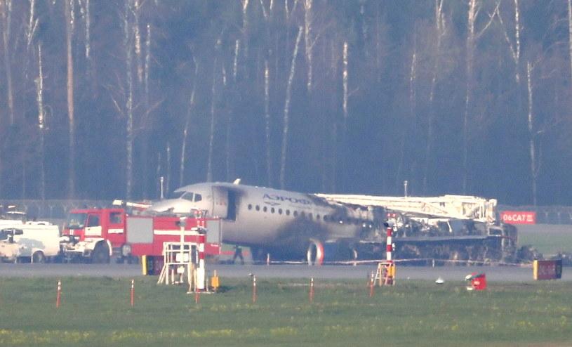 W trakcie awaryjnego lądowania samolotu w niedzielę po południu wybuchł pożar, który szybko objął tylną część samolotu /YURI KOCHETKOV /PAP/EPA