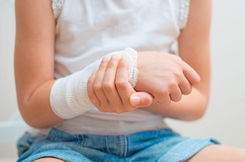 W trakcie dezynfekowania rany rozmawiaj z dzieckiem używając uspokajającego tonu /123RF/PICSEL