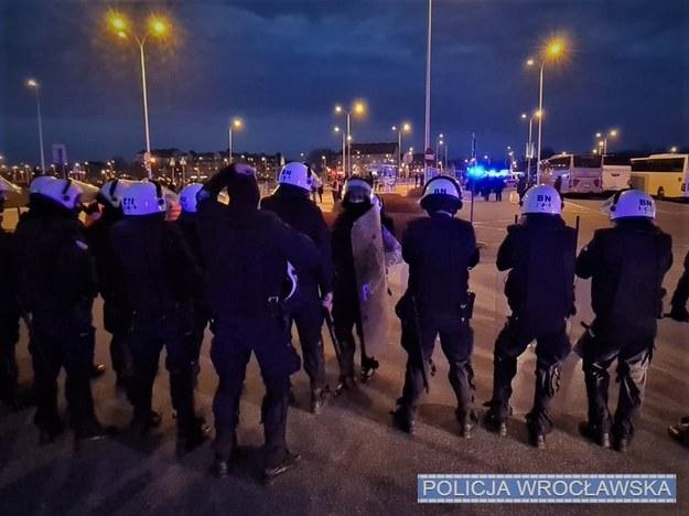 W trakcie działań w rejonie Stadionu Miejskiego wylegitymowano ponad 360 osób, nałożono 67 mandatów karnych /Policja