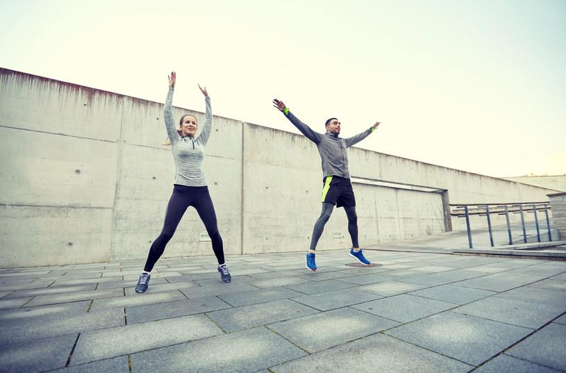 W trakcie pajacyków możemy wzmocnić mięśnie ramion, pleców i klatki piersiowej /123RF/PICSEL