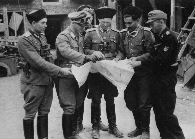 W trakcie Powstania Warszawskiego esesmani z Dywizji RONA odznaczali się takim bestialstwem, że nawet Niemcy byli zszokowani. Na zdjęciu (stoi w środku) dowódca pułku szturmowego Iwan Frołow /CC-BY-SA 3.0 /domena publiczna