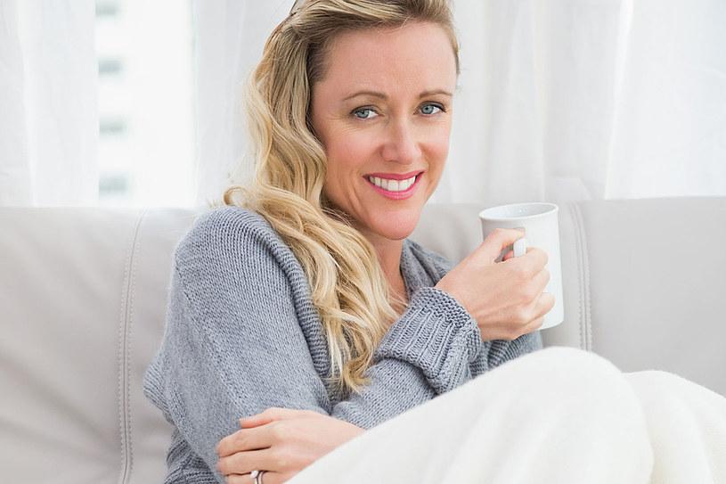 W trakcie przeziębienia pij mleko z miodem. Taki napój działa rozgrzewająco i uspokajająco, łagodzi kaszel i drapanie w gardle /123RF/PICSEL