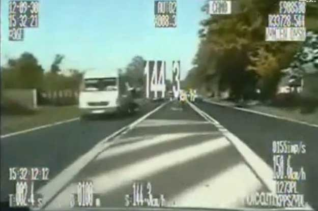 W trakcie szaleńczej jazdy motocyklisty kierowca policyjnego radiowozu sporo ryzykował /