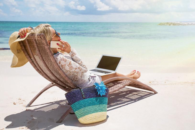 W trakcie trwania urlopu unikajmy publikowania zdjęć na naszych profilach w mediach społecznościowych /123RF/PICSEL