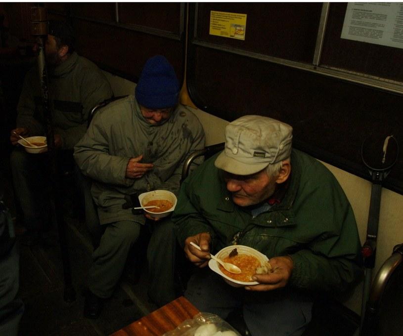 W trakcie ubiegłorocznej akcji, która trwała od połowy grudnia do marca, w autobusie wydano prawie 14 tys. porcji ciepłej zupy i ponad 1,4 tys. sztuk odzieży, zdj. ilustracyjne /Cezary Pecold/ Reporter /Reporter