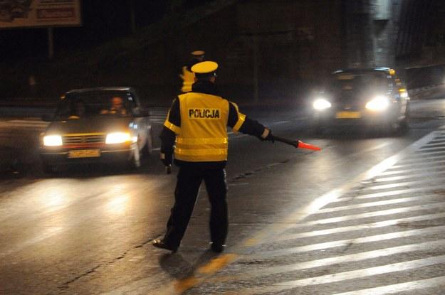W trakcie ucieczki kierowca uszkodził dwa policyjne radiowozy / Marcin Bielecki    /PAP