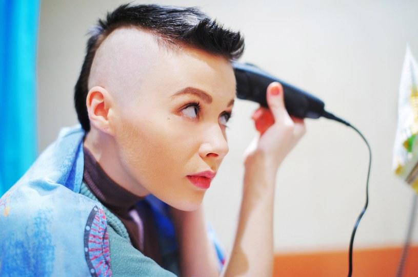 W trudnej sytuacji mocna metamorfoza fryzury może ośmielić do dalszych zmian w życiu /123RF/PICSEL