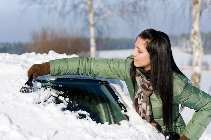 W trudnych warunkach atmosferycznych zachowaj ostrożność i odpowiednio przygotuj auto do jazdy /123RF/PICSEL