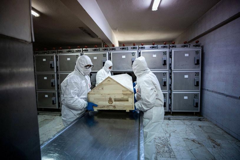 W trumnie znajduje się ciało osoby zmarłej na COVID-19. /AA/ABACA/Abaca/East News /East News