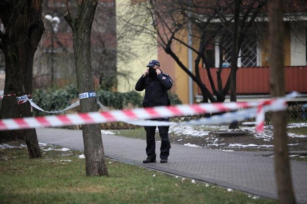 W trzypiętrowym budynku przy ulicy Zarankiewicza w Warszawie zostały ujawnione przedmioty przypominające ładunki wybuchowe. Teren wokół bloku został częściowo ogrodzony taśmą / Leszek Szymański    /PAP