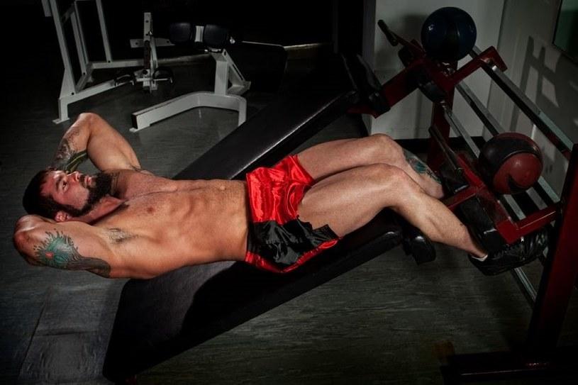 W tym ćwiczeniu pracują głównie mięśnie biodrowo-lędźwiowe... /123RF/PICSEL