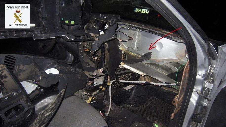 W tym miejscu samochodu ukryty był uchodźca próbujący przedostać się z Maroko do Hiszpanii /Guardia Civil /PAP/EPA