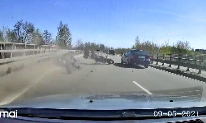 W tym przerażająco wyglądającym wypadku dwie osoby zostały ranne /Policja