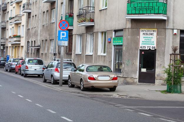 W tym przypadku obowiązuje zakaz parkowanie z wyłączeniem miejsc do tego przeznaczonych. Z tego powodu pojazdy pozostawione tuż za znakiem parking, są ustawione poprawnie. /Motor