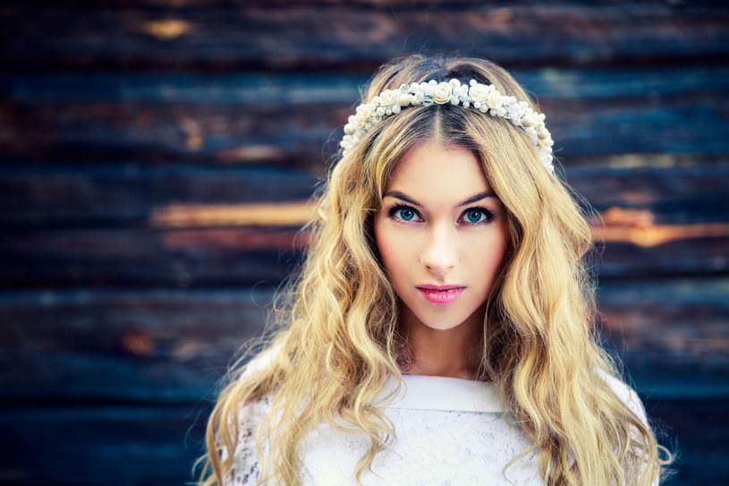 W tym roku panny młode mają pełną dowolność przy doborze swoich fryzur /123RF/PICSEL