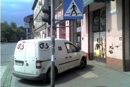 """W tym samym miejscu lubią także parkować """"bankowozy"""" / kliknij /INTERIA.PL"""