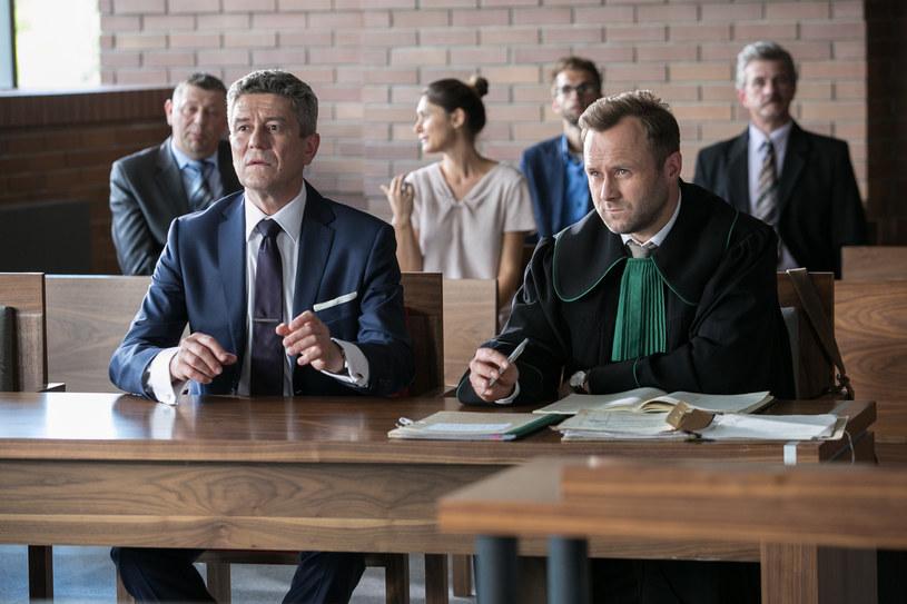 W tym sezonie Marek zdradza Agacie sekrety swojego klienta (Andrzej Zieliński), w następnej serii może np. mieć kłopoty z powodu złamania tajemnicy adwokackiej. /x-news / Agnieszka K. Jurek /TVN