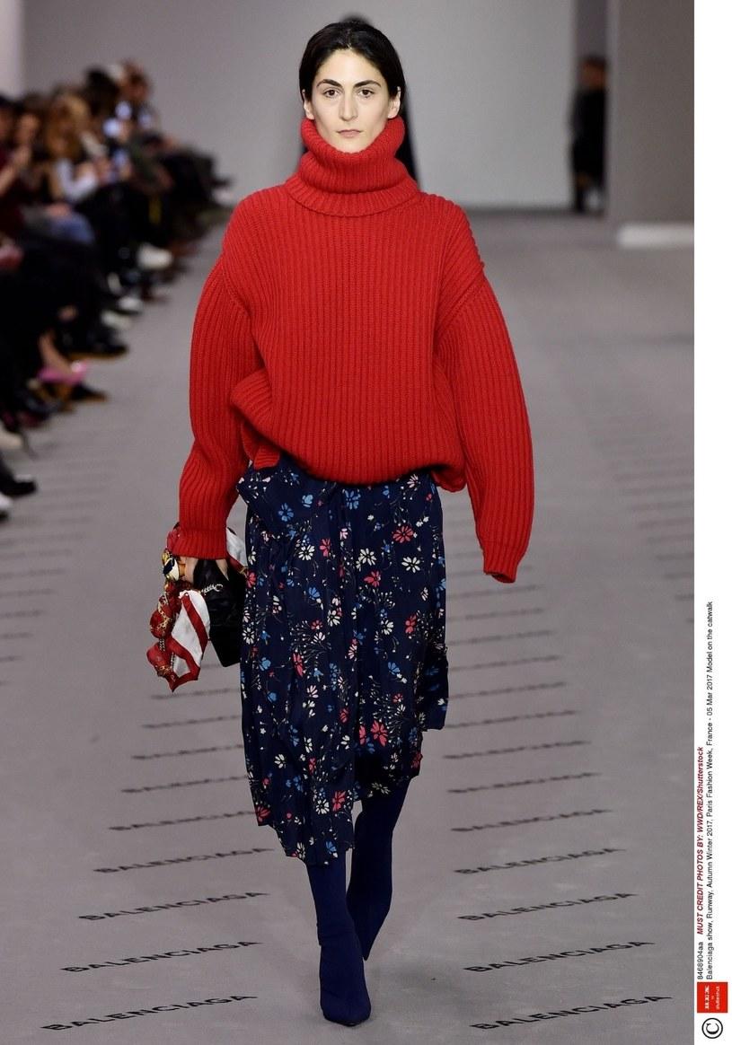 W tym sezonie nosimy obszerne swetry w kolorach jesieni /East News