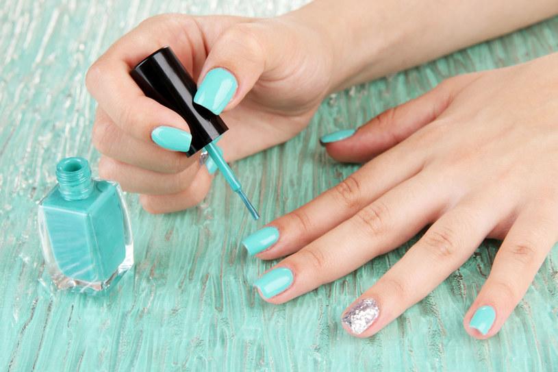 W tym sezonie w stylizacji paznokci prym wiodą odcienie morskiej zieleni, błękitu, fioletu /123RF/PICSEL