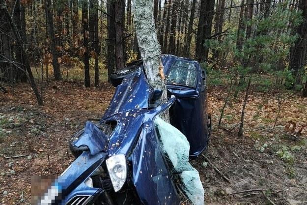 W tym wypadku zginął na miejscu kierowca samochodu. I niemal nikt o tym nie słyszał, bo nie zdarzyło się to w Warszawie /Policja
