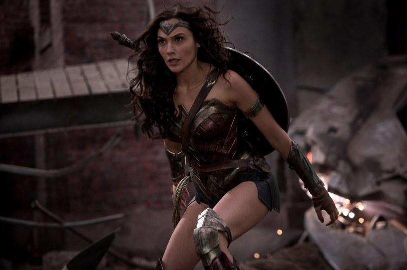 W tytułową superbohaterkę wciela się piękna Gal Gadot /materiały dystrybutora