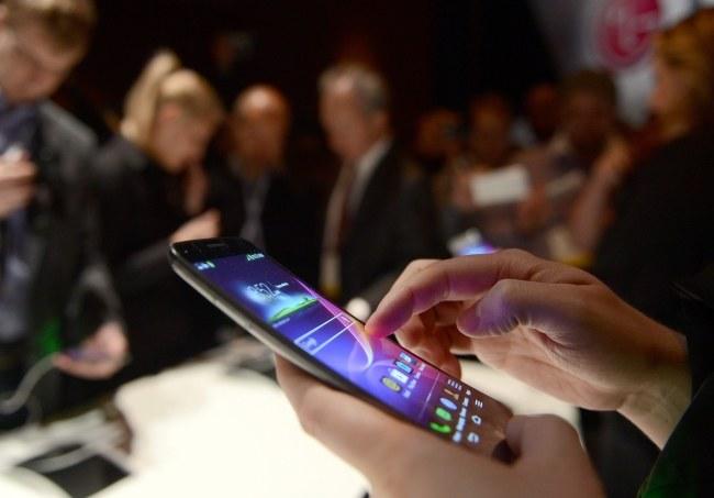 W ubiegłym roku sprzedano ponad miliard smartfonów /RITTA PEDERSEN /PAP/EPA