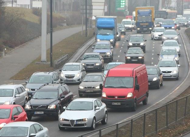 W ulicznych zatorach bardzo często słuchamy radia /Fot. Stanisław Kowalczuk /East News