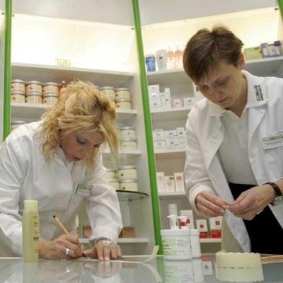 W USA najwyższe wynagrodzenia otrzymują farmaceutki /AFP