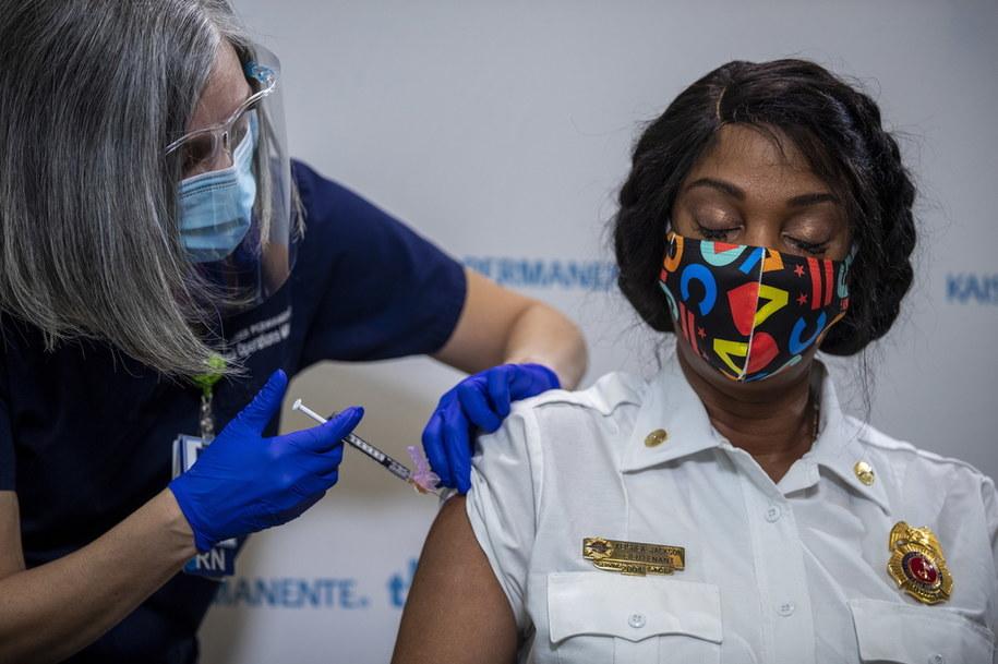 W USA trwają już szczepienia preparatem Pfizera i BioNTech /SHAWN THEW    /PAP/EPA