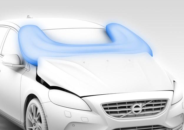 W Volvo V40 debiutuje kolejna poduszka powietrzna, tym razem chroniąca osoby na zewnątrz auta - zabezpiecza pieszych przed uderzeniem głową w szybę. /Volvo