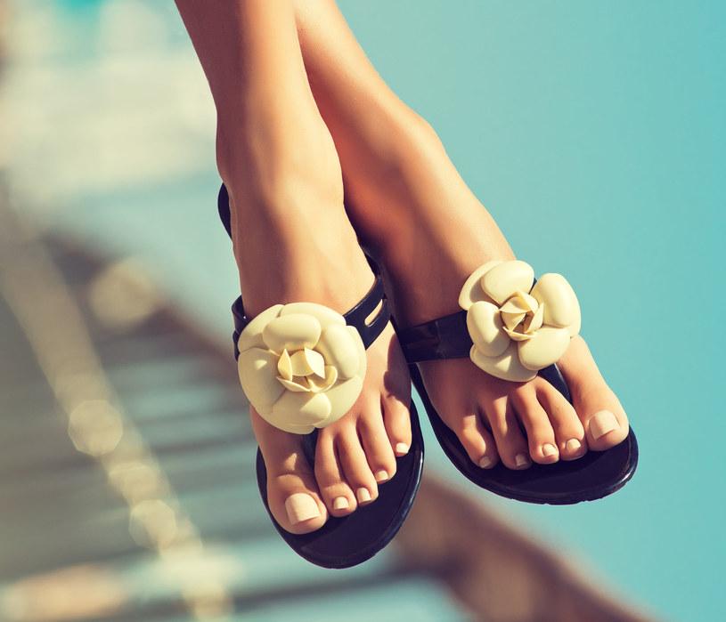 W wakacje często eksponujemy stopy. Warto o nie odpowiednio zadbać /123RF/PICSEL