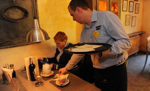 W wakacje młodzi ludzie często przyjmują się do restauracji /Marcin Bielecki /PAP