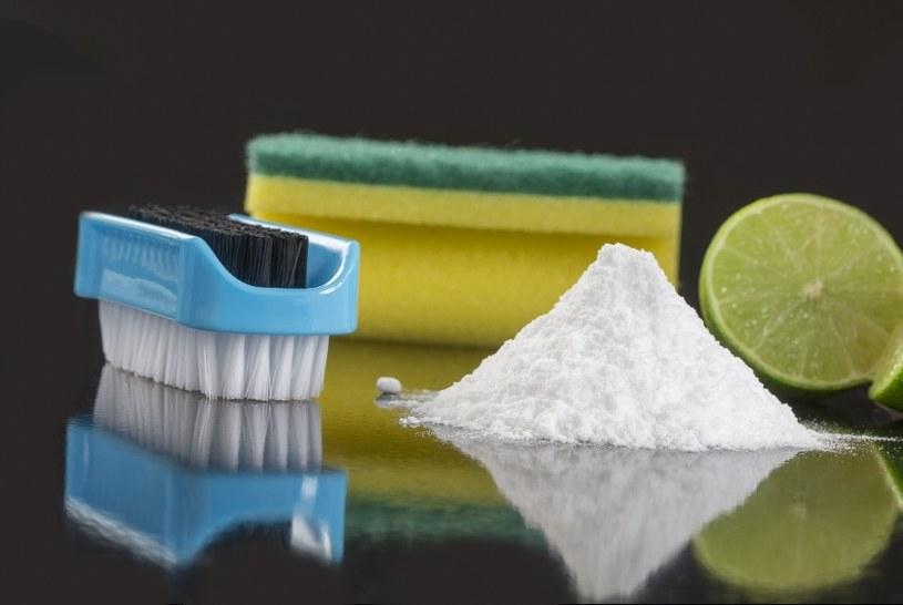 W walce z pleśnią pomoże soda /123RF/PICSEL