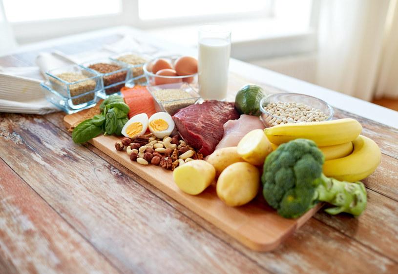 W walce z suchą cerą pomoże odpowiednia dieta /123RF/PICSEL