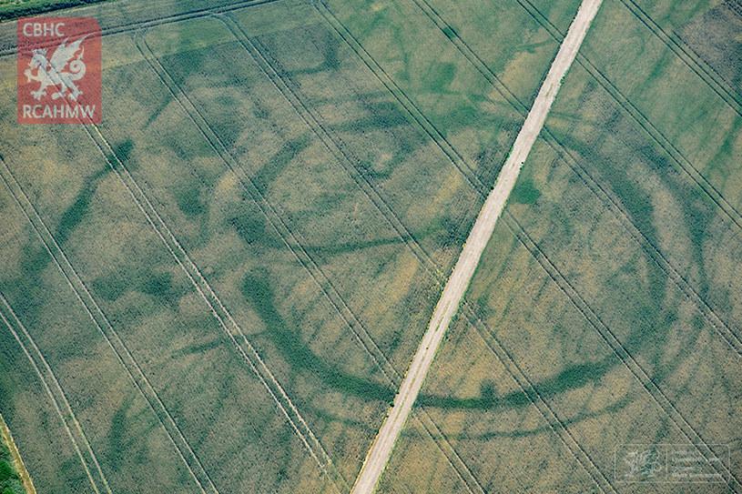 W Walii odkryto niezwykłe kształty na ziemi. Fot. Royal Commission on the Ancient and Historical Monuments of Wales (RCAHMW) /materiały prasowe