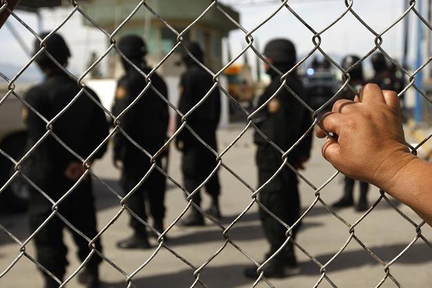 W walkach między rywalizującymi ze sobą gangami narkotykowymi zginęły w więzieniu Apodaca 44 osoby /AFP