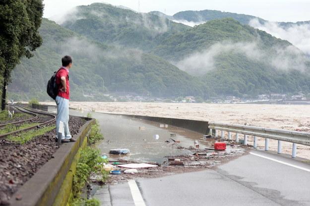 W walkę z powodzią włączyło się japońskie wojsko /JIJI PRESS /PAP/EPA