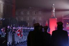 W Warszawie na pl. Piłsudskiego odsłonięto pomnik Lecha Kaczyńskiego