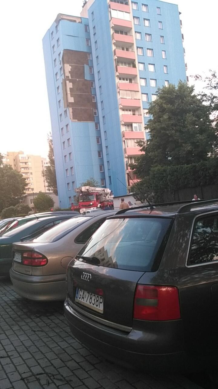 W Warszawie wiatr naruszył konstrukcję bloku /Gorąca Linia RMF FM /