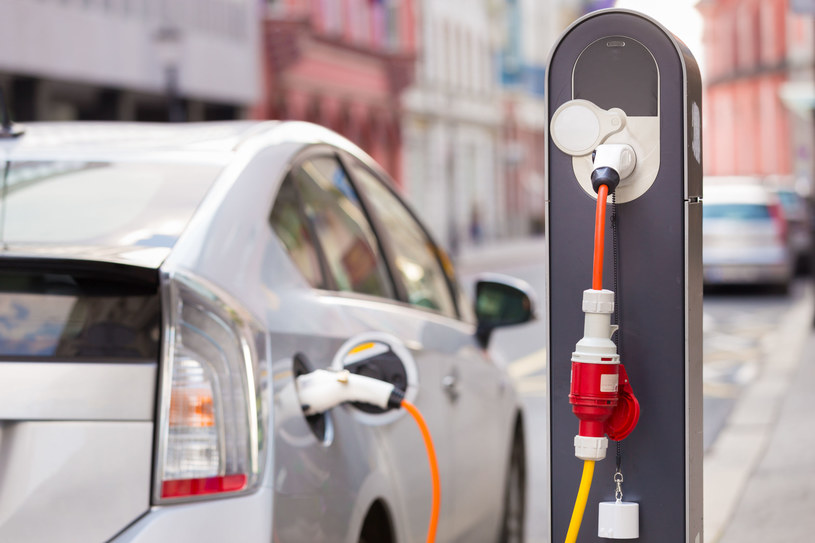 W Warszawie, zgodnie z ustawą o elektromobilności, do końca tego roku powinno funkcjonować przynajmniej 1000 takich ogólnodostępnych punktów ładowania aut na prąd. /123RF/PICSEL