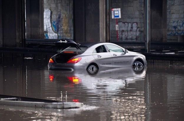 """W warszawskiej """"kałuży"""" utonął m.in. niemal nowy Mercedes CLA / Fot: Bartosz Krupa /East News"""