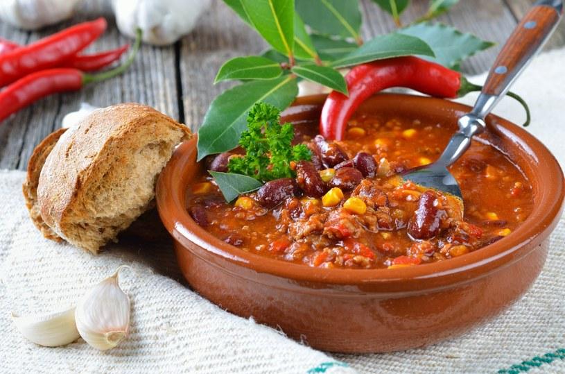 W wersji wegetariańskiej do gulaszu zamiast mięsa dodaj pieczarki i cukinię /123RF/PICSEL