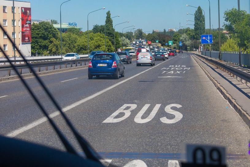 W większości miast motocykliście mogą jeździć po buspasach. Warszawa robi problem /Arkadiusz Ziółek /East News