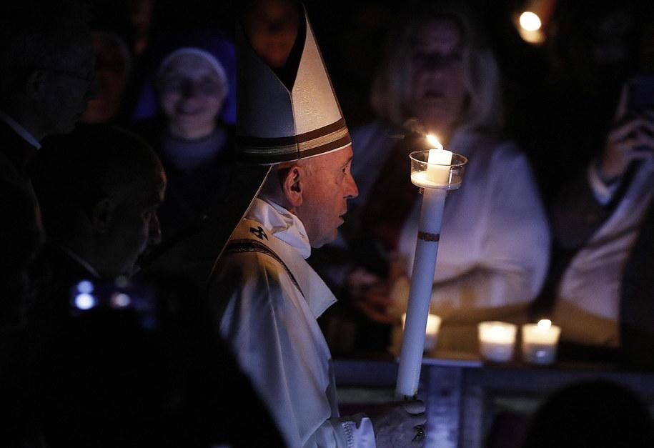 W Wielką Sobotę papież Franciszek przewodniczył w bazylice Świętego Piotra mszy Wigilii Paschalne /RICCARDO ANTIMIANI /PAP/EPA