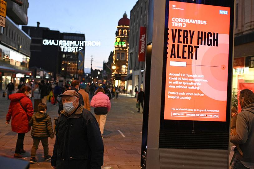 W Wielkiej Brytanii bardzo szybko rozprzestrzenia się nowy szczep koronawirusa /OLI SCARFF/AFP /AFP